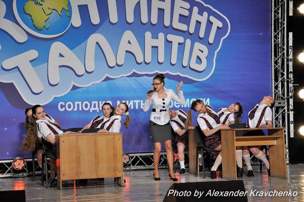 Валерия Родченко из Алчевска прямо на сцене провела урок – яркий и увлекательный, как музыкальный клип.