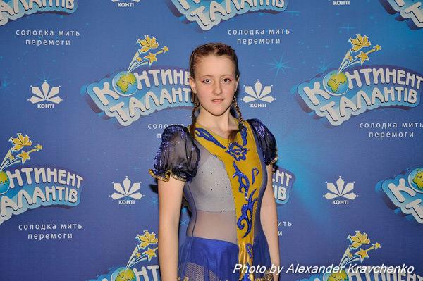 Анастасия Куприященко (Луганск) выбрала костюм в цветах «КОНТИНЕНТА талантов», но в полуфинале оказалась, конечно, не поэтому, а благодаря мастерству, продемонстрированному во время выступления с цирковым номером в жанре «антипод» (жонглирование ногами)