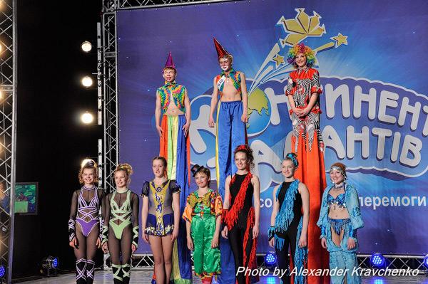 Воспитанники народного цирка «Родник» (Луганск) устроили для съемочной группы полномасштабное цирковое представление.