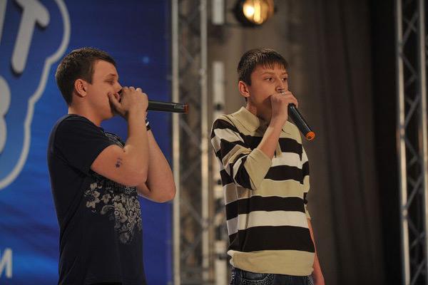 Мариупольские битбоксеры Антон Хандога и Виктор Баранов для исполнения популярных мелодий используют лишь один музыкальный инструмент – собственный голос.