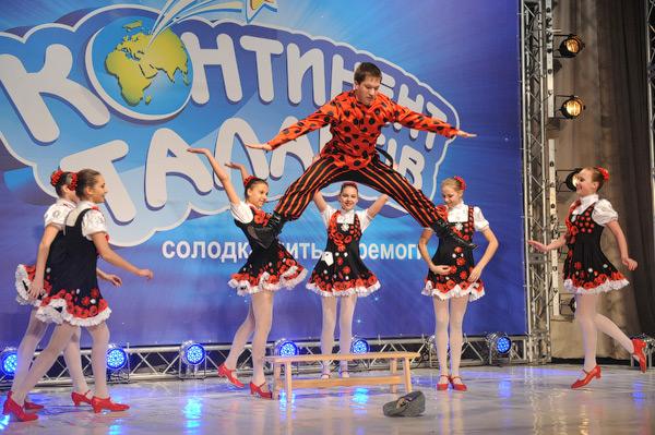 Ансамбль «Карамель» из Дружковки «станцевал» знаменитую «Я милого узнаю по походке» и получил пропуск в полуфинал.