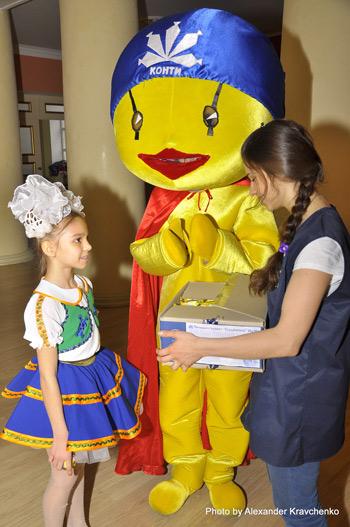 КОНТИК угощает конкурсантов сладостями.