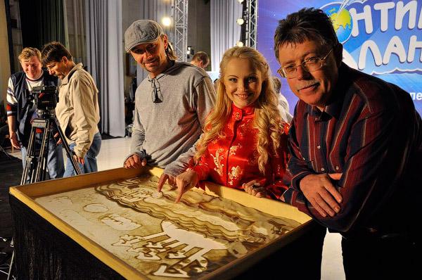Члены жюри (Андрей Еремин, Светлана Захарова, Юрий Кукузенко) хотят присоединиться к ансамблю художников студии песочной анимации «Art You» (Харьков).