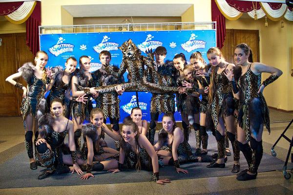 Театр эстрадного танца «Остров сокровищ» (Харьков) привез на конкурс номер «Дикие люди» и дикую кошку в придачу.