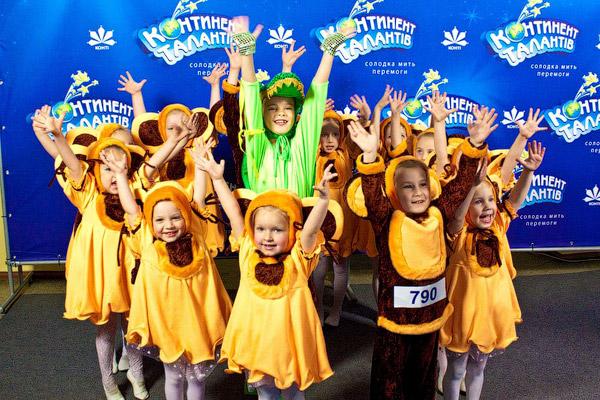 Младшая группа образцового ансамбль эстрадного танца «Конфетти» (Харьков) выступила вне конкурса: Чебурашки, которым нет еще шести лет, пока слишком малы для того, чтоб участвовать в соревновании, но уже достаточно талантливы, чтоб радовать своим творчеством зрителей.