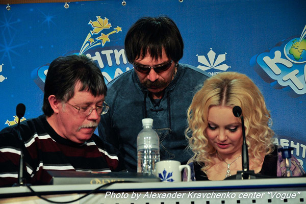 Члены жюри Юрий Кукузенко, Геннадий Дыбовский, Светлана Захарова обсуждают результаты кастинга.