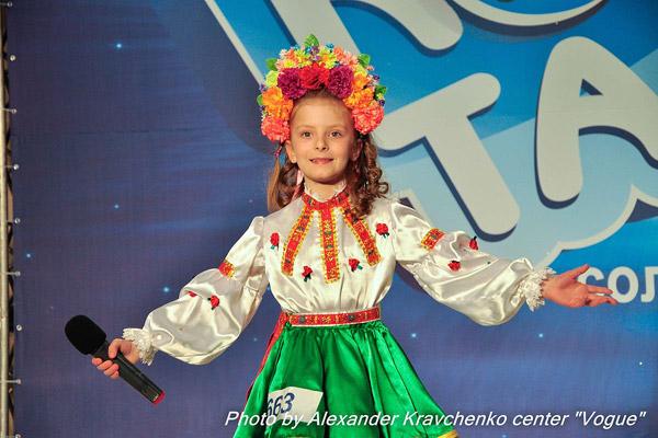 Соня Симчук из Брянки исполнила песню «Черевички», но запомнилась еще и ярким веночком.