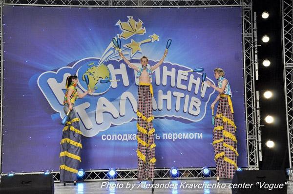Трио жонглеров на ходулях (народный цирк «Родник», Луганск): проинтервьюировать этих «рослых» артистов прямо на сцене не удалось.
