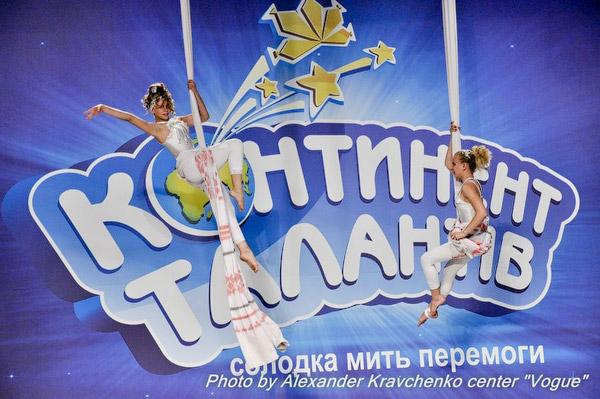 Карина Богатова и Анна Атрюшкина (народный цирк «Родник», Луганск) смотрели на жюри свысока