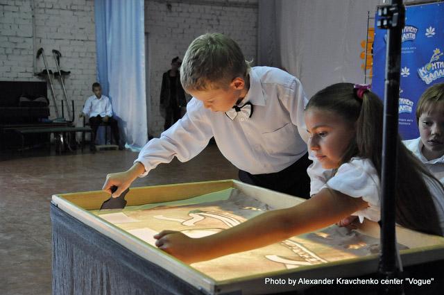 Художники из харьковской студии песочной анимации Art You за созданием мультфильма «Школа собак».
