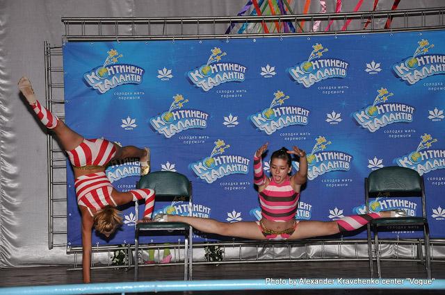 Полина Павелко и Анастасия Шадчнева (цирковая студия «Фантазия», Макеевка) показали номер «Веселые пассажирки».