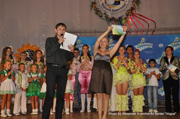 Член жюри и ведущая мастер-классов Светлана Захарова тоже получила грамоту от администрации лагеря