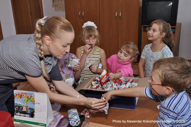 Воспитанники подготовительной группы спецшколы дегустируют сладости от «КОНТИ».