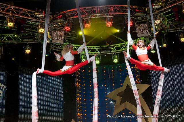Дуэт гимнасток на полотнах народного цирка «Родник», Луганск