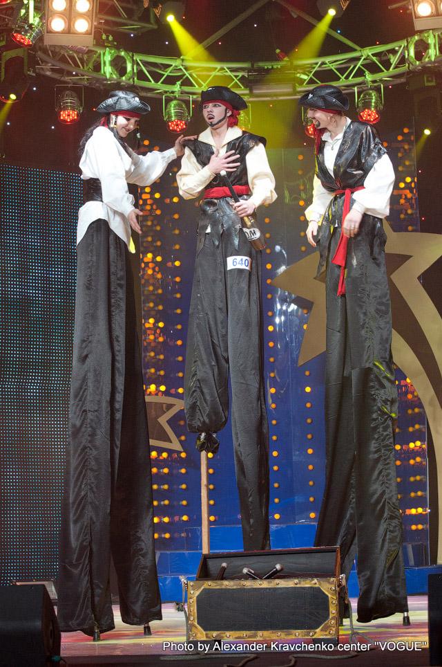 Жонглеры на ходулях народного цирка «Родник», Луганск