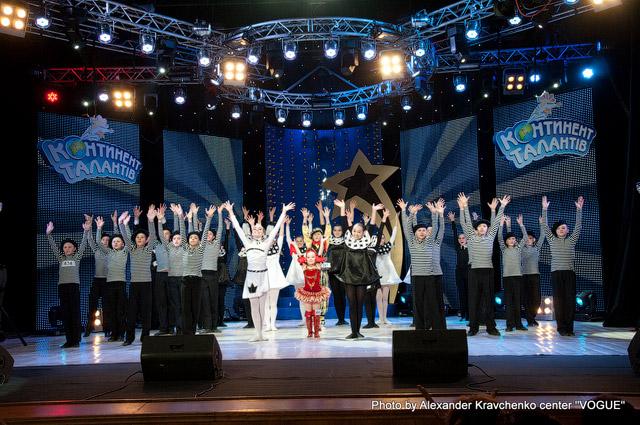 Все участники луганского регионального финала исполняют фирменный танец «КОНТИНЕНТа талантов»