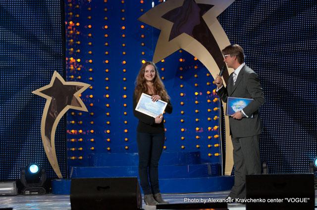 Ведущий и режиссер шоу «КОНТИНЕНТ талантов» Виктор Гриза вручает путевку в Суперфинал воздушной гимнастке Дарье Евтуховой