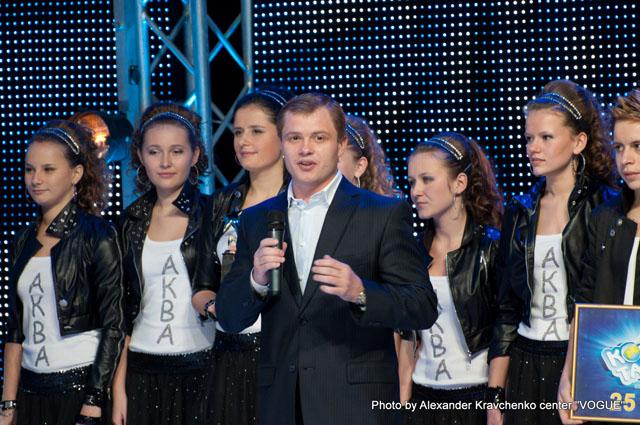 генеральный директор компании «КОНТИ» Олег Логвинов и шоу-группа «Аква»